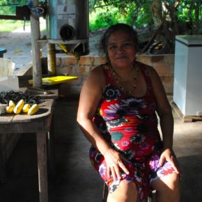 Ela também mora no Jamaraquá. É costureira e cozinheira e contou como a chegada desta máquina para retirar a polpa do taperebá facilitou seu trabalho para estocar grandes quantidades da polpa da fruta.