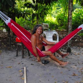 Seu Bata vive da caça e da pesca, atua como guia local e recebe viajantes em sua casa. Como todos de Jamaraquá, utiliza a rede para descansar e também para dormir.