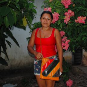 Moradora da comunidade de Maguari, que fica às margens do Rio Tapajós, mostra uma bolsa de couro ecológico produzida no local.