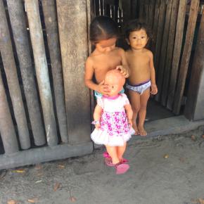 Crianças da comunidade de Maripá, às margens do Rio Tapajós, mostram a única boneca da família.