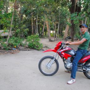 O Raimundo é o único morador das comunidades de Anã e Maripá que possui uma moto. Ele atua como condutor numa região em que as pessoas precisam caminhar quase duas horas pelas trilhas para ir de uma comunidade para outra.